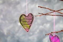 les coeurs Noir-roses accrochent sur des branches sur un fond concret gris Arbre d'amour Le concept de Valentine \ du 'jour de s  Photo stock