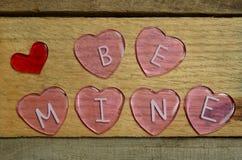 Les coeurs roses qui indiquent soient les miens pour le jour de valentines Photographie stock