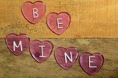 Les coeurs roses qui indiquent soient les miens pour le jour de valentines Image stock