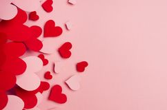 Les coeurs rouges et roses de papier montent sur le fond rose mou de couleur Concept de Saint Valentin pour la conception, l'espa Photos libres de droits