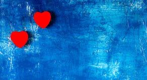 Les coeurs rouges sur le fond bleu Concept de jour du ` s de Valentine Images stock