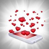 Les coeurs rouges volent hors du smartphone Photos libres de droits