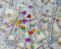 Les coeurs se trouvent sur les dollars d'argent, concept de l'amour pour l'argent Photographie stock