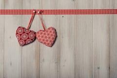 Les coeurs sur le fond en bois de vintage, décorent le jour de valentine Images libres de droits