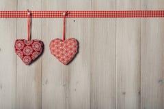 Les coeurs sur le fond en bois de vintage, décorent le jour de valentine Photographie stock libre de droits