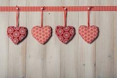Les coeurs sur le fond en bois de vintage, décorent le jour de valentine Image libre de droits