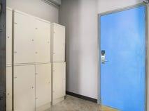 Les coffrets à l'intérieur de la salle de dortoir près de la porte photo libre de droits