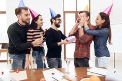Les collègues étonnent un autre employé de la société photo stock