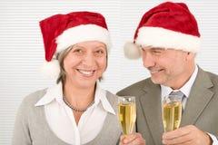 Les collègues aînés de pain grillé d'affaires de Noël célèbrent Photos libres de droits