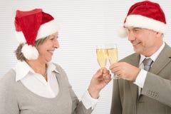 Les collègues aînés de pain grillé d'affaires de Noël célèbrent Photo libre de droits