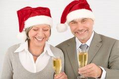 Les collègues aînés de pain grillé d'affaires de Noël ont l'amusement Photos stock