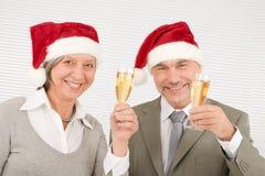 Les collègues aînés de pain grillé d'affaires de Noël ont l'amusement Image stock