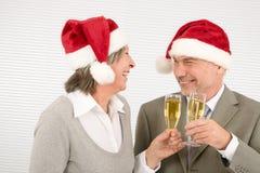 Les collègues aînés de pain grillé d'affaires de Noël ont l'amusement Photos libres de droits