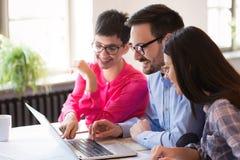 Les collègues d'affaires célèbrent des buts atteints dans le bureau Photographie stock