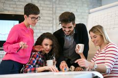 Les collègues d'affaires célèbrent des buts atteints dans le bureau Images stock