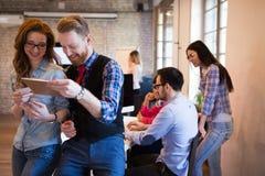Les collègues d'affaires célèbrent des buts atteints dans le bureau Photos libres de droits