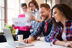 Les collègues d'affaires célèbrent des buts atteints dans le bureau Image stock