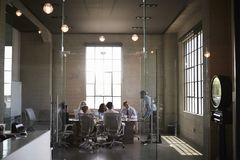 Les collègues d'affaires lors d'une réunion dans un verre ont muré la salle de réunion photos libres de droits