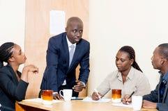 Les collègues d'affaires se réunissent pour une réunion au bureau Photos libres de droits