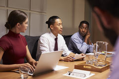 Les collègues d'entreprise constituée en société lors de la réunion de soirée, se ferment  Photographie stock
