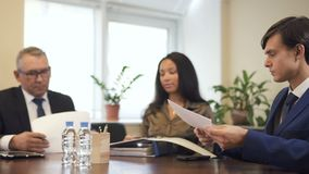 Les collègues et la femme d'affaires d'avocat singning le contrat et l'accord sur le lieu de travail banque de vidéos