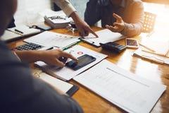 Les collègues sont des conseillers sur des documents d'entreprise, impôt photos libres de droits