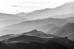 Les collines de Cantorbéry près de Hanmer jaillit en noir et blanc, nouveau image stock