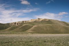 Les collines des centrums la Californie avec des nuages et des collines de SkyCentra la Californie avec des nuages image libre de droits