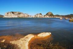 Les collines rocheuses par le lac images stock