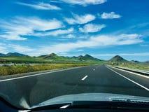 Les collines vertes conduisent en avant image libre de droits