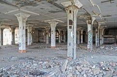 Les colonnes dans l'abattoir ruiné par chambre Photographie stock libre de droits