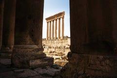 Les colonnes de Jupiter Tempel de Baalbek vu par des colonnes, Liban photos libres de droits