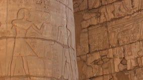 Les colonnes en pierre avec le soulagement découpant dans le complexe égyptien antique de temple banque de vidéos