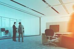 Les colonnes intérieures de bureau bleu de plancher dégrossissent, les gens Images stock
