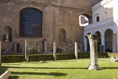 Les colonnes reste dans le jardin des bains de Diocletian Photo libre de droits