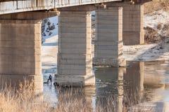 Les colonnes sous le pont Photo stock