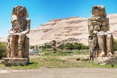 Les colosses de Memnon - deux statues en pierre massives de pharaon Amenhotep III Photographie stock libre de droits