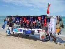 Les colporteurs poussent leur chariot sur la plage de Torre Canne Images libres de droits