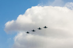 Les combattants russes dans le ciel sur le festin du jour de victoire sur 9 peuvent Images stock