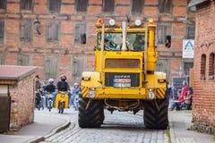 Les commandes de tracteur de Kirowez K 700 de Russe sur une exposition d'oldtimer par l'altentreptow Allemagne à peuvent 2015 Photographie stock