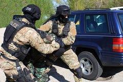 Les commandos spéciaux de police arrêtent un terroriste Image stock