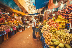 Les commerçants des fruits tropicaux exotiques ont fait les étalages colorés sur le marché de ville Images stock