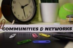 Les Communautés et réseaux sur le papier d'isolement là-dessus bureau Concept d'affaires et d'inspiration images libres de droits