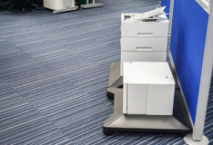 Les composants de l'imprimante dans le bureau pour l'entretien et la réparation image stock