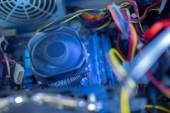 Les composants de PC dans la fan d'unité centrale de traitement de la poussière est travail Fils poussiéreux de puissance photo stock