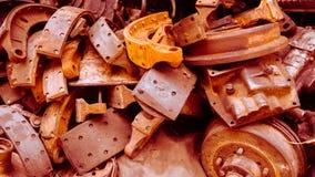 Les composants rouillés de voiture en déchets images stock