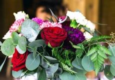 Les compositions en fleurs assurent la décoration dans le restaurant Photo libre de droits
