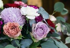 Les compositions en fleurs assurent la décoration dans le restaurant Photos stock