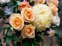Les compositions en fleurs assurent la décoration dans le restaurant Images libres de droits