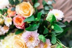 Les compositions en fleurs assurent la décoration dans le restaurant Image stock